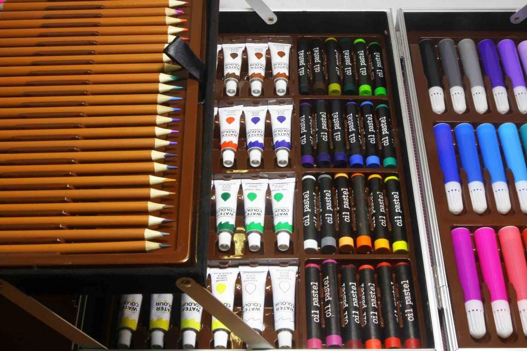 Цветные карандаши мелки и масляные краски